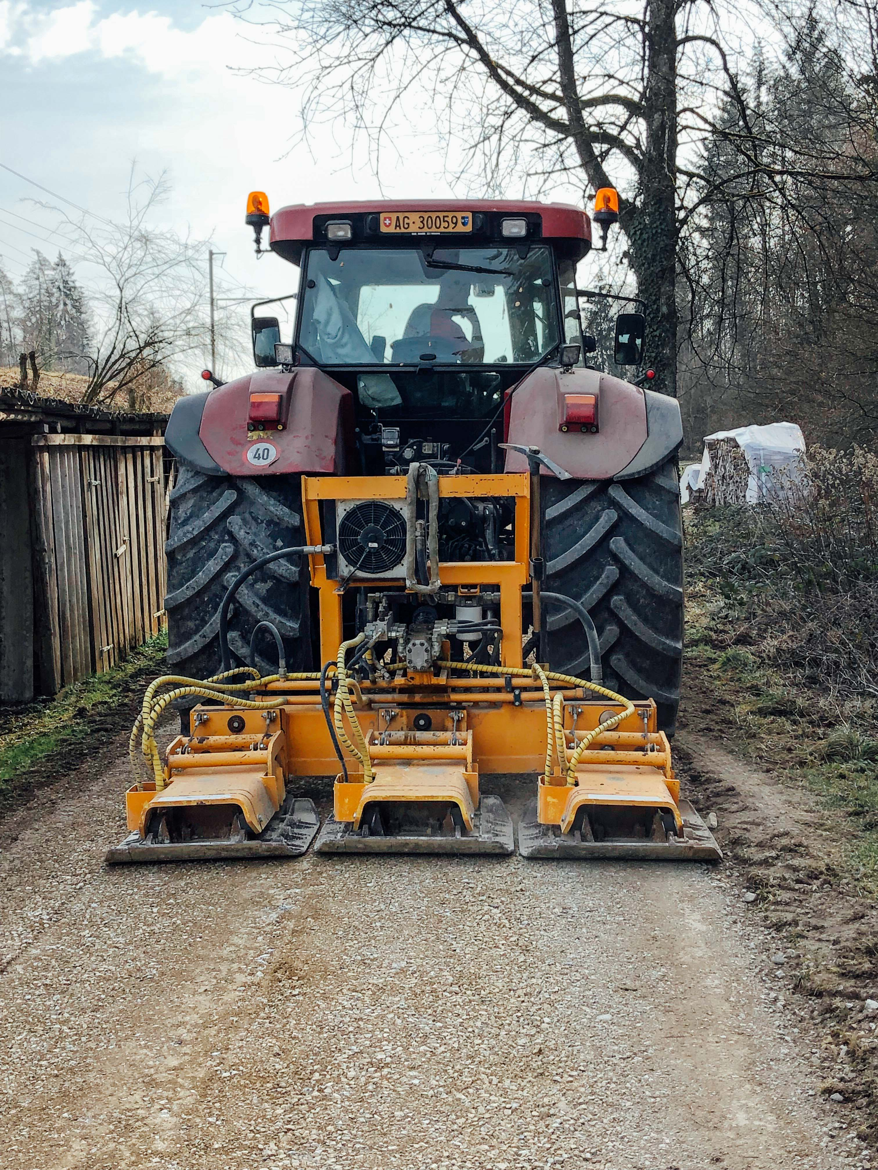 Wegebau mit Wegpflegemaschine und Plattenverdichter 02